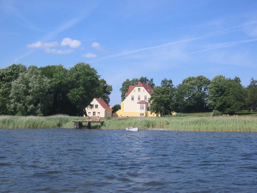 Garten und umgebende Gewässer bieten perfekte Möglichkeit für die Vogelbeobachtung auf Rügen